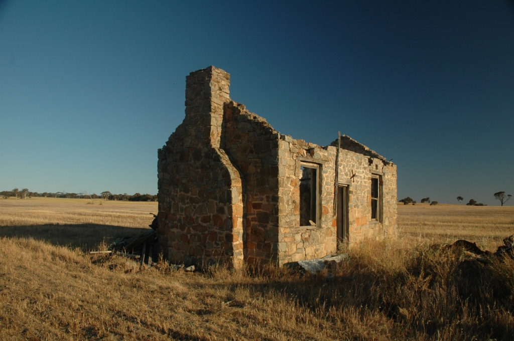 A 200 years old ruined dtone farmhouse in the American Midwest